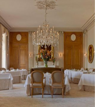Welcome to Le Parc one of the restaurant of the @domainelescrayeres .Discover the new menu of @philippe_mille while admiring at this chandelier and wall-sonces. Sounds like a good plan right ? .. #luxuryhome #lightdesigner #paris #delisleparis #bespokelighting #interiordesign #lighting #chandelier #lustre #savoirfaire #bronze #artdesign #surmesure #lescrayeres #wallsconce