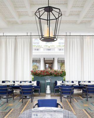 @bauraulac hôtel, located in the heart of Zurich, has existed since 1844 ! This terrace is just perfect to enjoy a quiet afternoon, don't forget to look up to see our beautiful lantern ! . . . #luxuryhome #lightdesigner #paris #delisleparis #bespokelighting #interiordesign #lighting #chandelier #lustre #savoirfaire #bronze #surmesure #contemporary #switzerland #swiss #bauraulac #zurich