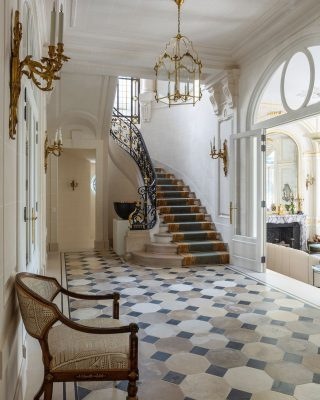 Private townhouse in Paris 🇫🇷 Interior design by: @bosstudio ✨ 📸 @james_mcdonald_photography . . . #luxuryhome #lightdesigner #paris #delisleparis #bespokelighting #interiordesign #lighting #chandelier #lustre #savoirfaire #bronze #surmesure #madeinfrance