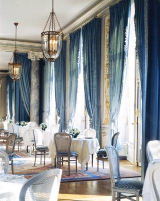 We created those lanterns for Grand Salon de l'Interallié in Paris - Décoration @j.p.molyneux ✨ . . . #luxuryhome #lightdesigner #paris #delisleparis #bespokelighting #interiordesign #lighting #chandelier #lustre #savoirfaire #bronze #artdesign #surmesure #archives ##cercledelunioninteralliee #parisianclub #parisianstyle #frenchstyle