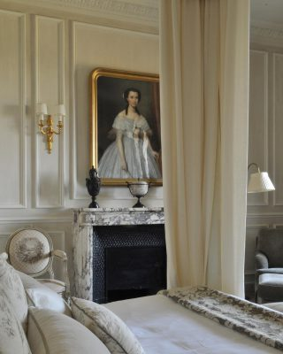 An amazing suite at the @domainelescrayeres Bronze chiseled wall-sconce ✨ Design by: @pyrdesign . . . #luxuryhome #lightdesigner #paris #delisleparis #bespokelighting #interiordesign #lighting #chandelier #lustre #savoirfaire #bronze #artdesign #surmesure #archives #pierreyvesrochon #wallsconce #walllight #suite #luxuryhotel #lescrayere #domainelescrayeres