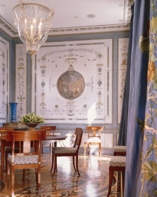 Such elegance in this picture ! ✨ Design by @j.p.molyneux . . . #luxuryhome #lightdesigner #paris #delisleparis #bespokelighting #interiordesign #lighting #chandelier #lustre #savoirfaire #bronze #artdesign #surmesure #archives #juanpablomolyneux #homedecor #homedesign