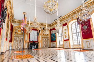 Welcome to the @museearmee_invalides in the Grand Salon where you can find several chandeliers created by Delisle ! ✨ You can discover until the 13th of February 2022 a beautiful contemporary art tour called « Napoléon ? Encore ? - De Marina Abramović à Yan Pei-Ming If you stop there, take a pick and mention us ! #delisleinparis 💎 📸 © Paris, musée de l'Armée Anne-Sylvaine Marre-Noël . . . #luxuryhome #lightdesigner #paris #delisleparis #bespokelighting #interiordesign #lighting #chandelier #lustre #savoirfaire #bronze #surmesure #delisleinparis #museearmee #Invalides #napoleon